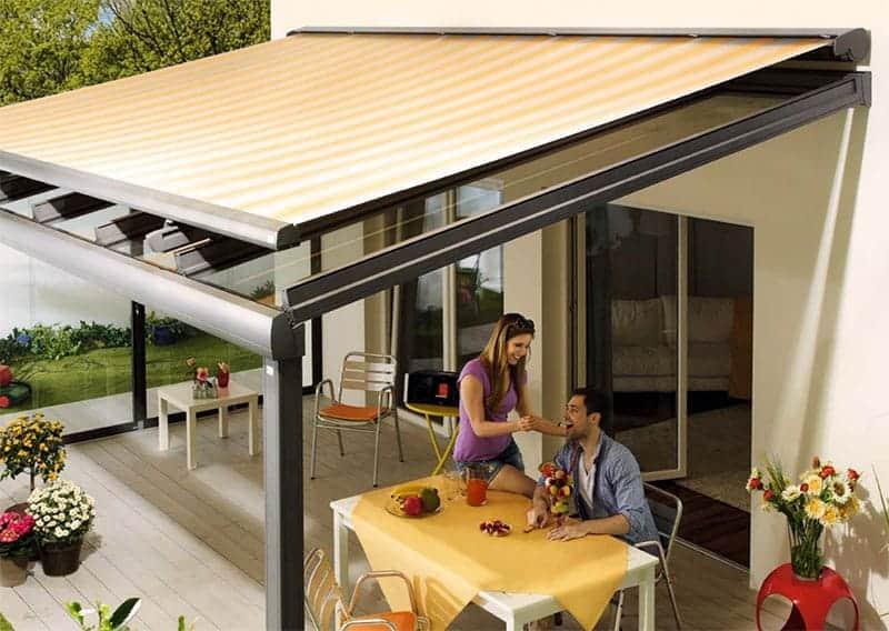 Beispiel: Aufglasmarkise Sonnenschutz beim Terrassendach (Bild: Firma Lewens)